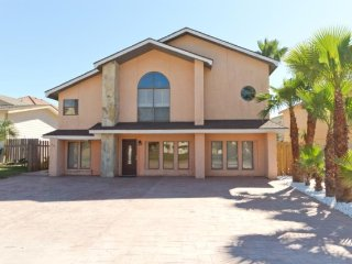 Beachside family getaway with prime location and plenty space for all!, South Padre Island