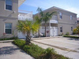 Bright condo near beach with a shared pool, hot tub, and a prime location!, South Padre Island