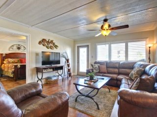 Beach-adjacent condo with shared pool offers easy access to shops, restaurants!, South Padre Island