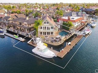 Luxury Waterfront Home, Private Pool, XL Relaxation Decks, A/C & Pool Table