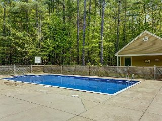 2 BR Townhouse w/ Lower Level Suite. Pool, Tennis, AC, Wifi - Near Storyland!