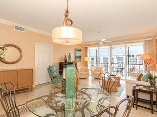 Fabulous Penthouse Condo, Stunning Views, Free Wifi, Heated Pool, Short