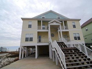Beautiful Spacious Beach House! Short walk to the Beach and pool!