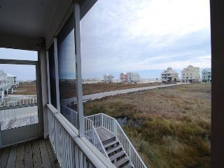 Beautiful Spacious Beach House! Short walk to the Beach and pool!