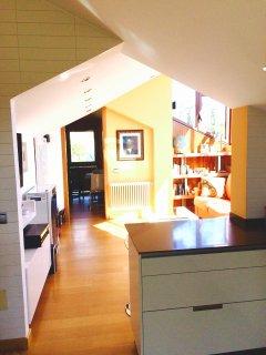Vista general de la vivienda desde la cocina con el vestidor al fondo