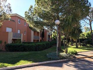 Beau T2 vue sur les pins idéal 4 personnes avec piscine tennis parking, St-Raphaël
