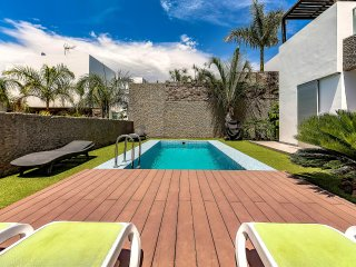 Amazing villa with heated pool in the hottest spot of Del Duque, 5 bedrooms