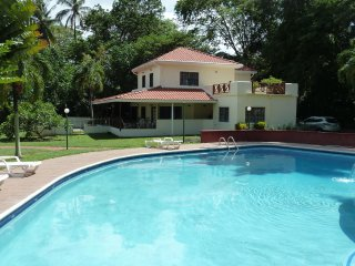 Mahogany Villa - Luxury Villa in Beautiful Tropical Gardens near Lovely Beaches