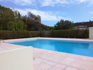 Beau 2P dans tres belle residence, proche Cannes, piscine, Wifi, parking prive.