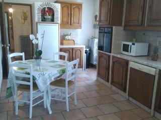 cuisine entièrement équipée avec accès terrasse.