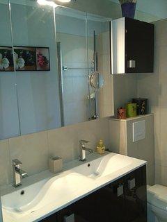 salle de bain avec toilette et douche italienne