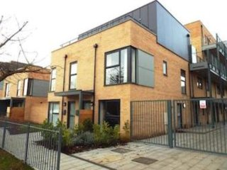 Luxury 2-bedroom townhouse close to train station and city centre, sleeps 6