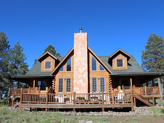 R & R Ranch - Log Cabin Retreat on 20 Acres....50 Miles S of the Grand Canyon!, Williams