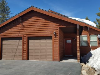 Pet Friendly home sleeps 8. Close to everything Tahoe and Guest Amenity Access cards included!