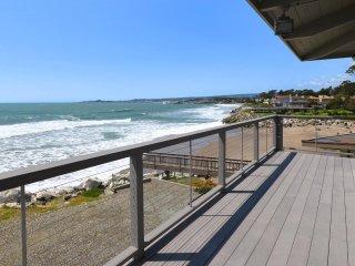 Villa Vista-A Santa Cruz oceanfront beach house w/views of surf and city lights!