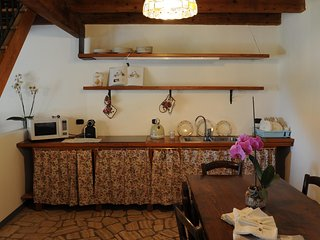 cucina equipaggiata con forno, piastra 4 fuochi, frigo, caffe cialde, bollitore, attrezzato per 6