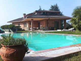 Villa Luisa with panoramic pool in the Langhe