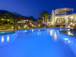ENORMOUS VILLA | 3 LEVELS | PRIVATE POOL, JACUZZI & BBQ | SEA & MOUNTAIN VIEW