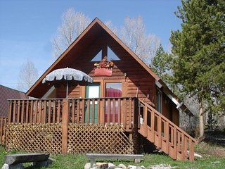 Moose Cabin -Great Location-Views-Deck-Fire Pit-Perfect for Couples/Sm Family