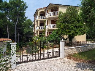 A1 Ground floor apartment 50m from sea, Villa Emilia