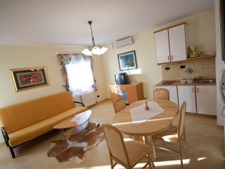 IJ008-6 Beautiful apartment with sea view and pool, only 10 m from the sea, Medulin