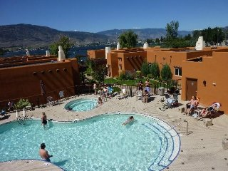 3 bedroom condo overlooking the pool and hot tub, across from the lake, Osoyoos