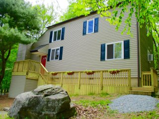 Minutes from POOL, BEACH, TENNIS COURTS, RESTAURANT, & TIKI-BAR IN POCONOES, PA!, Lackawaxen