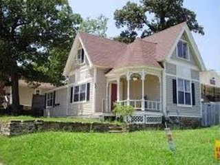 Southern Style Victorian with Front Porch nr University of Arkansas (5 min walk), Fayetteville