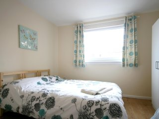 Budget 3 bedroom flat 20mins to city centre | FREE parking | Wifi | sleeps 6