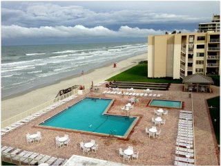 1/1 Cute Ocean View Condo on No-Drive New Smyrna Beach