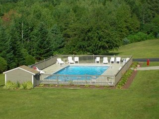Immaculate 4BR Condo w/ Cranmore Views! Pool, Tennis, AC, Cable, WiFi, Games!