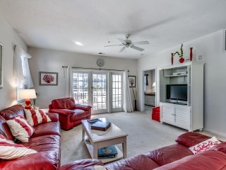 Gerry's gorgeous 3 BR 2 BA condo #3021-Pool views-Walk to beach-Main St