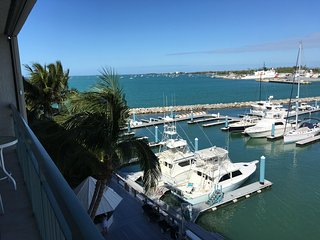 Top Floor Waterfront w Private Beach-Large Pool + Seaport Restaurants steps away
