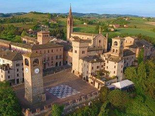 Unico b&b nel borgo medievale di Castelvetro in un castello fantastico
