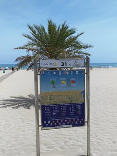 acceso a la playa de arena blanca