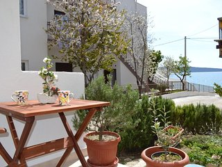 Just 20 m to the sea! Lovely Apartment with Terrace between Split and Trogir, Kastel Kambelovac
