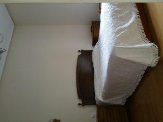 Habitación con cama matrimonial. 2 mesitas, cómoda, armario y TV.