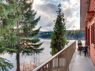 Country Cottage Two Bedroom Suite, 2 bathroom, on Idabel Lake, Near Kelowna