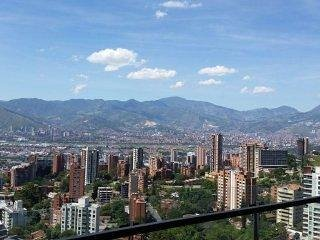 Coolest Building in Medellin★Apt 1803★Roof Top Infinity Pool★Balcony★AirCon