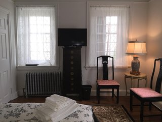 RM 202 Queen bedroom in a Historic Home, Philadelphia