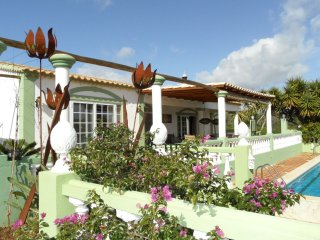 Vila Volta - XL - A stylishly furnished luxury villa and chalet with swimming pool, ideal for large groups, Alcantarilha