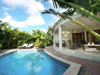 Villa Tiara - Modern villa surrounded by a tropical garden nearby Mambo Beach