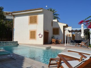 Casa Alexander, 3 bedrooms, fab pool, 3mins walk to the beach, car not necessary