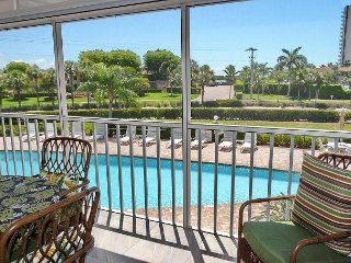 Restful condo overlooking heated pool just a short walk from South Beach
