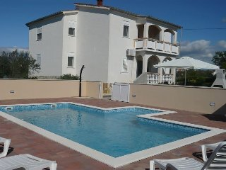 Holiday House Stipe - Six-Bedroom House with Balcony and Pool