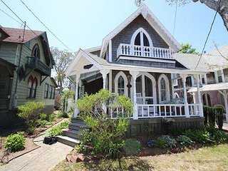 Adorable Cottage Walking Distance to Town and Beach, Oak Bluffs