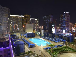 LAS VEGAS **1BR Condo/Sleeps4**{RooftopPool/Spa/Massage/WiFi/}POLO TOWERS SUITES