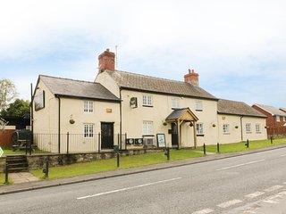 LLEWELYN LODGE, cosy cottage attached to a pub, double bedroom, pets welcome