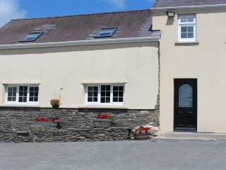 THE CARTHOUSE, social open plan living with exposed beams and stone walls, WiFi,