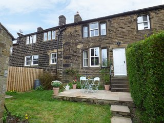 WEAVERS REST, stone built, romantic, woodburning stove, Oxenhope, Ref 958334